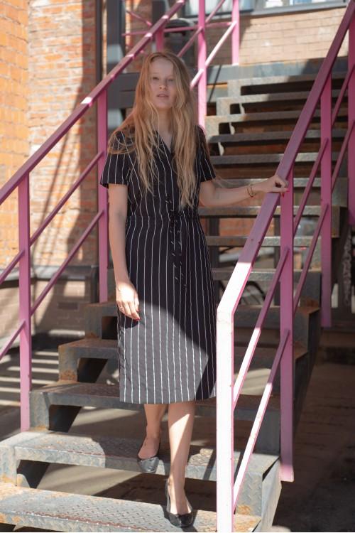 Платье в полоску с вырезами по бокам, черный