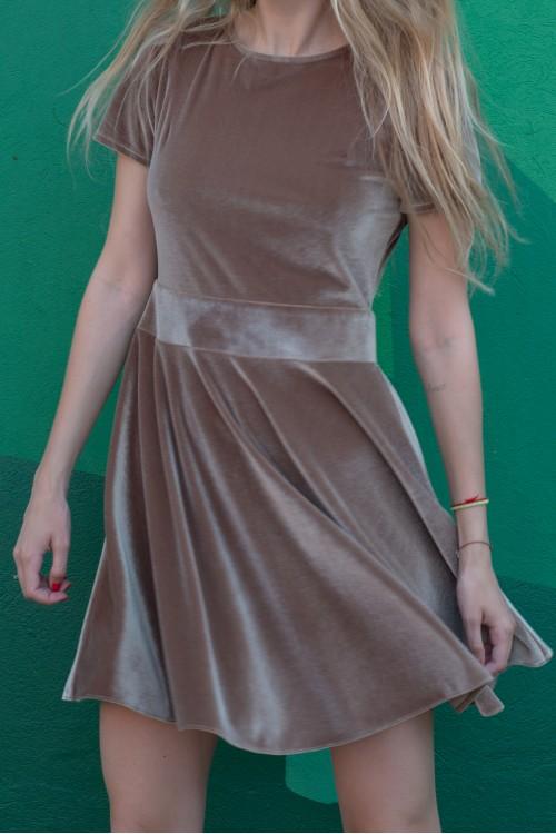 Платье велюровое с вырезом на спине