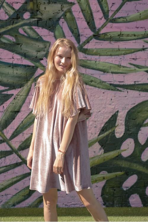 Платье велюровое  с рукавом-колоколом
